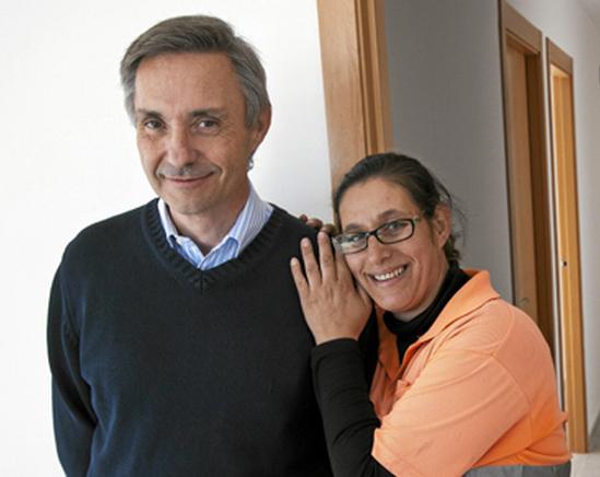 Antonio Gimeno, promotor, y una de las beneficiadas del alquiler social en L'Alcúdia Fotografía: El Mundo I Vicent Bosch