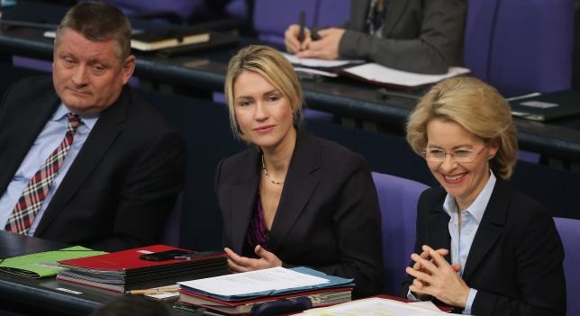 La ministra de Asuntos de Familia, Manuela Schwesig, y la de Defensa, Ursula von der Leyen. Fuente: Antena3 Foto: Getty Images