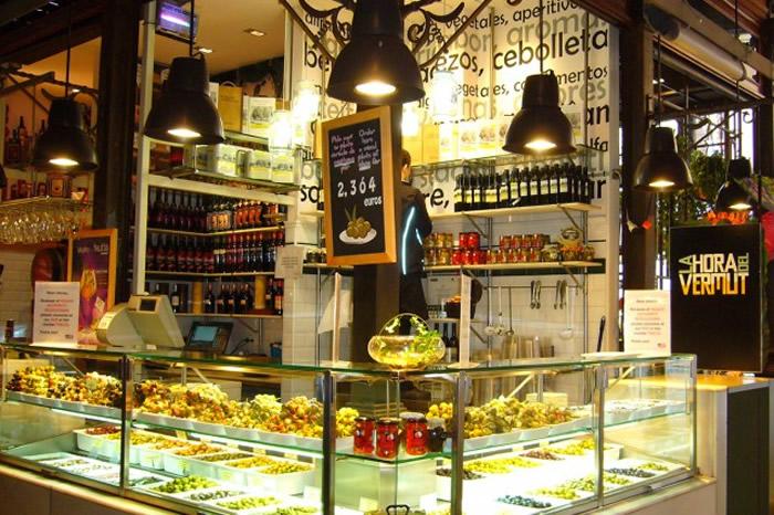La hora del vermut en el Mercado de San Miguel en La Latina, Madrid
