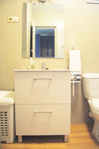 El suelo vinílico imitando a madera y la pintura beige sobre los azulejos de la pared dieron otro aire al baño