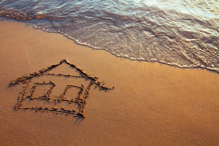 Casa dibujada en la arena