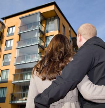 edificio viviendas con jóvenes