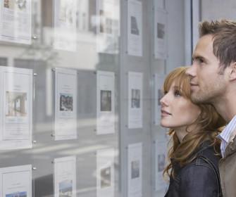 Inquilinos viendo anuncios pisos en alquiler
