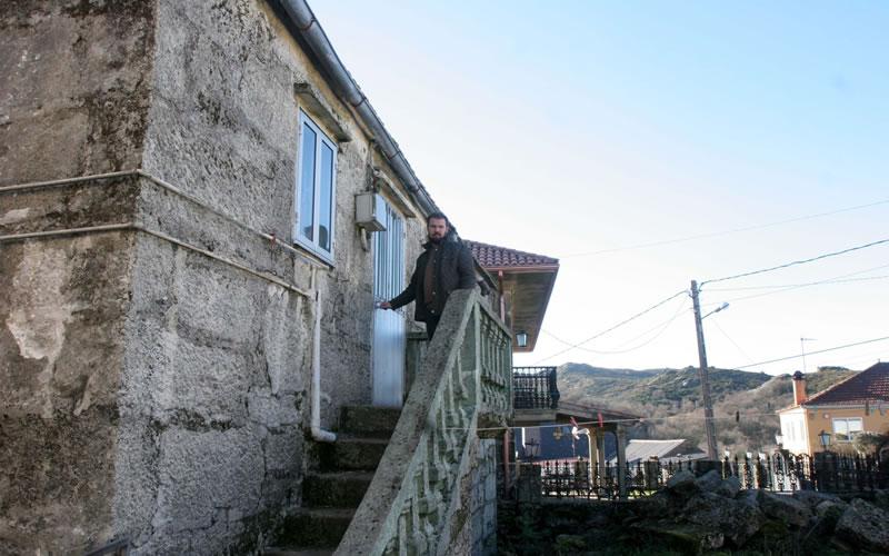Enrique Vaqueiro, impulsor de la iniciativa del banco de casas en alquiler de A Xesta, habla para El Mundo - Fotografía: Rosa González