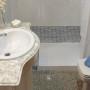 El mismo baño actualizado con ducha.