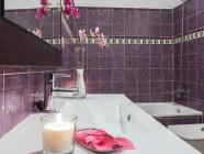 Baño con velas y flores