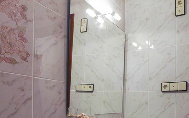Cambia el espejo por uno de líneas rectas y con iluminación incorporada. Los puedes encontrar por 55 €.
