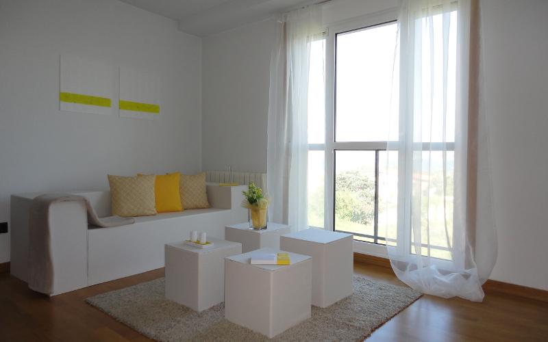 El mismo piso amueblado con muebles de cartón - Por CCVO, Design and Staging