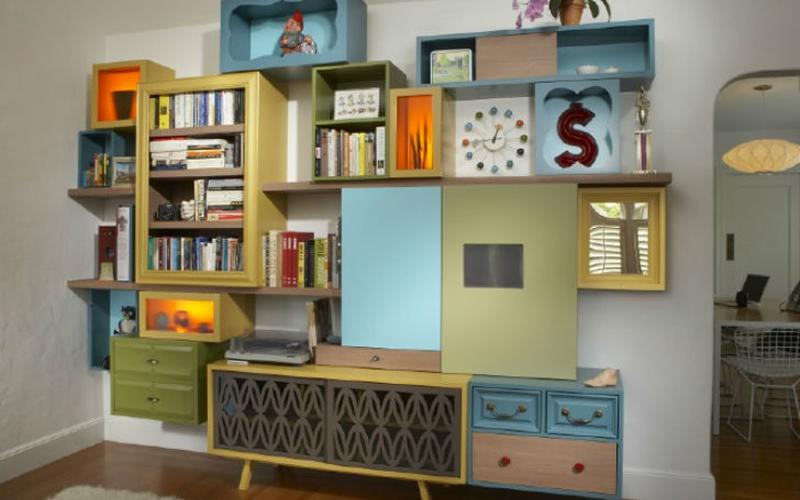 Un buffet hecho con cajas, muebles y cajones rescatados de la basura y que crece por la pared - Fuente: Inhabitat.com