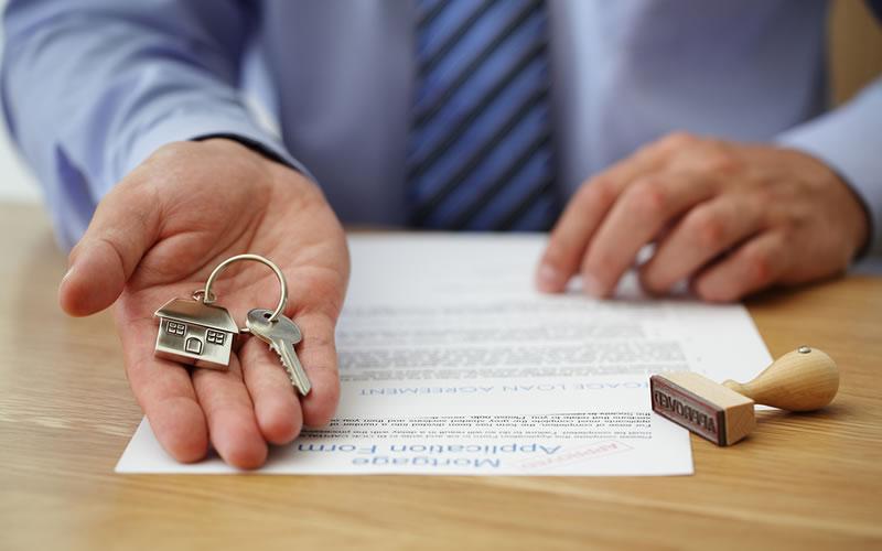 contrato alquiler piso con llaves en la mano