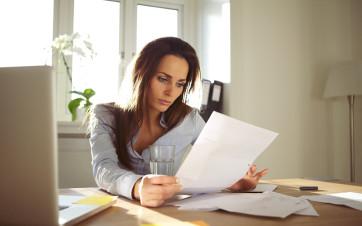 mujer leyendo contrato alquiler