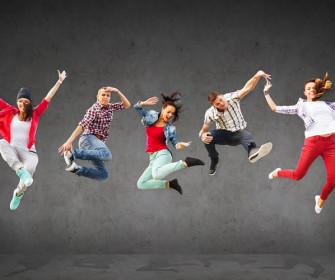 mujeres y chicos volando