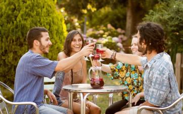 amigos bebiendo sangría en una terraza