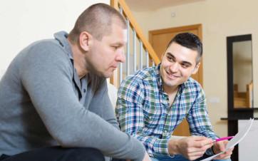 casero e inquilino negociando contrato alquiler piso