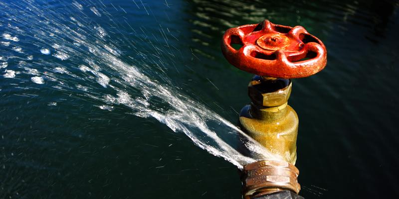 grifo con escape de agua