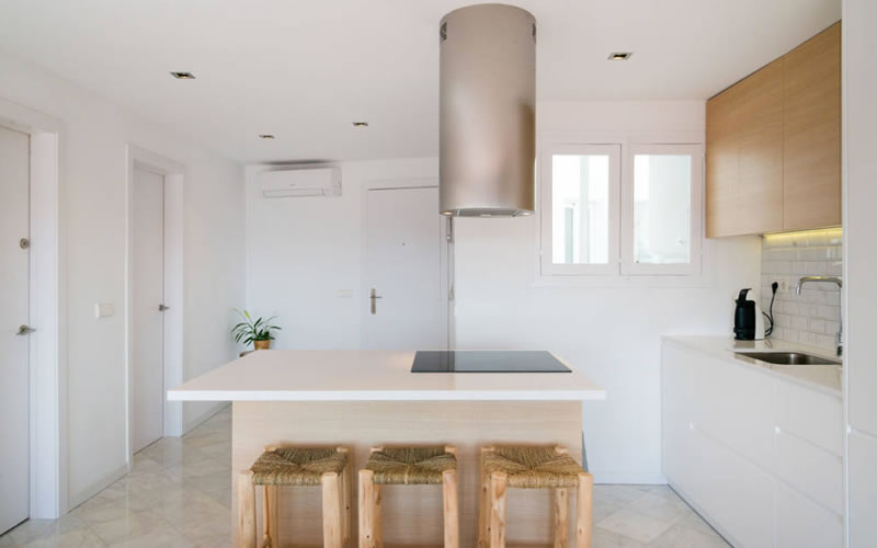 cocina en blano en piso pequeño