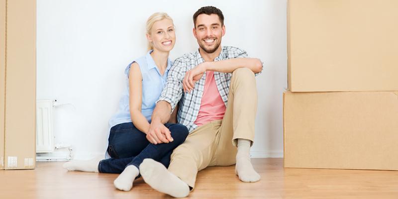pareja de inquilinos de mudanza a nuevo piso en alquiler