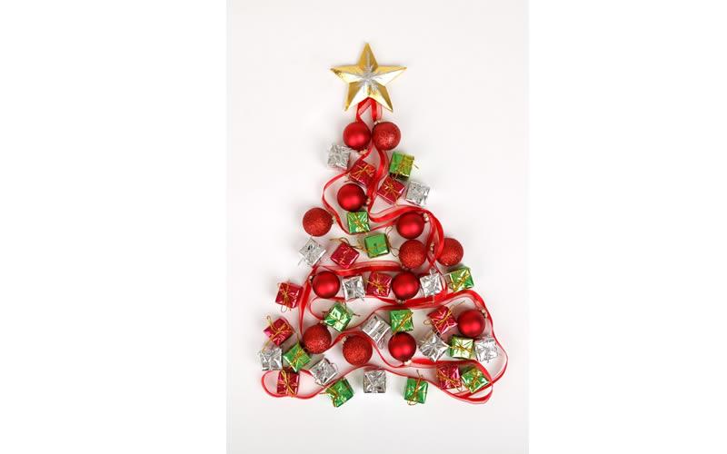 Y Si Pones El Arbol De Navidad En La Pared Enalquilercom - Arbol-de-navidad-con-vasos-de-plastico