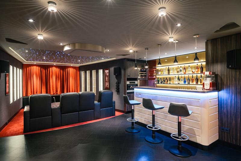 C mo montar tu propio cine en casa - Como disenar un bar en casa ...