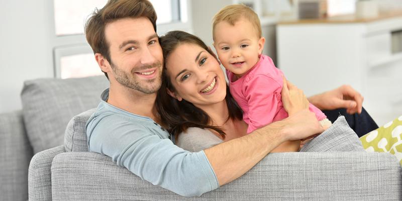 familia inquilinos en piso en alquiler