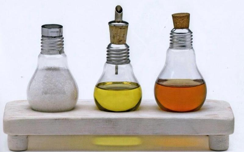 Reciclaje en la cocina - Salero, pimentero y aceitera hechos con bombillas