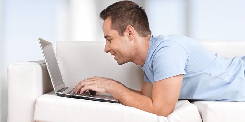 inquilino en casa en alquiler con su ordenador