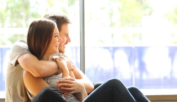 pareja joven de inquilinos en piso en alquiler