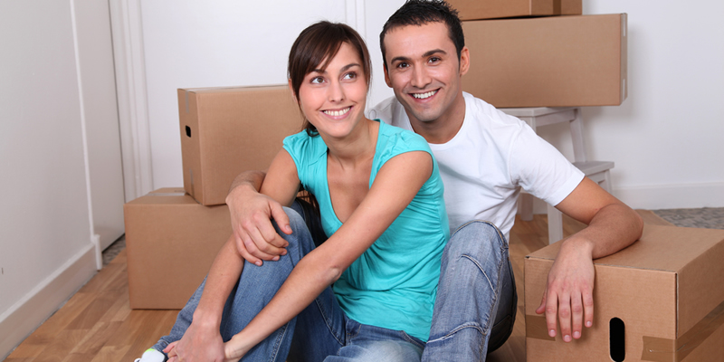 inquilinos jovenes de mudanza a piso en alquiler