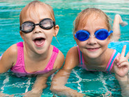 niñas en piscina