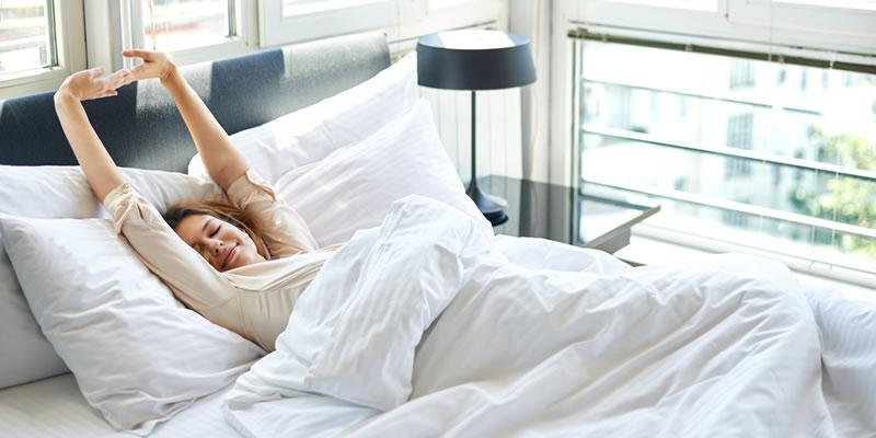 chica despertándose en dormitorio