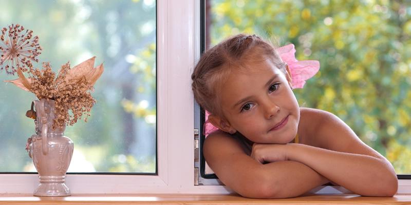 niña en ventana