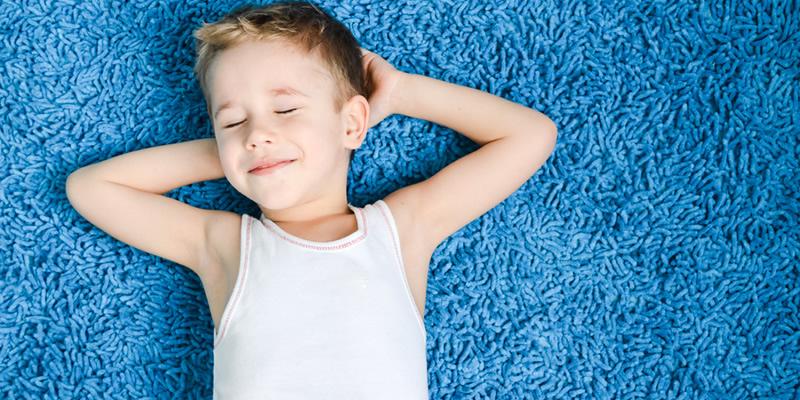 niño en alfombra en casa