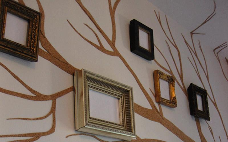decorar paredes con árbol y cuadros