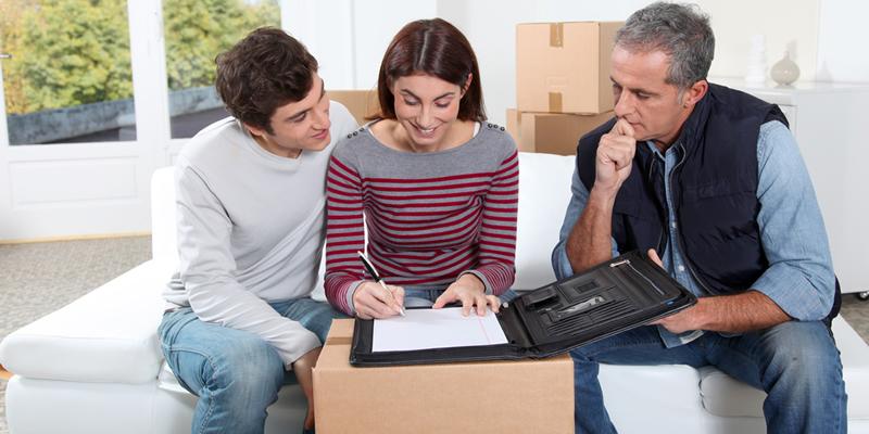 inquilinos y casero firman contrato de piso en alquiler