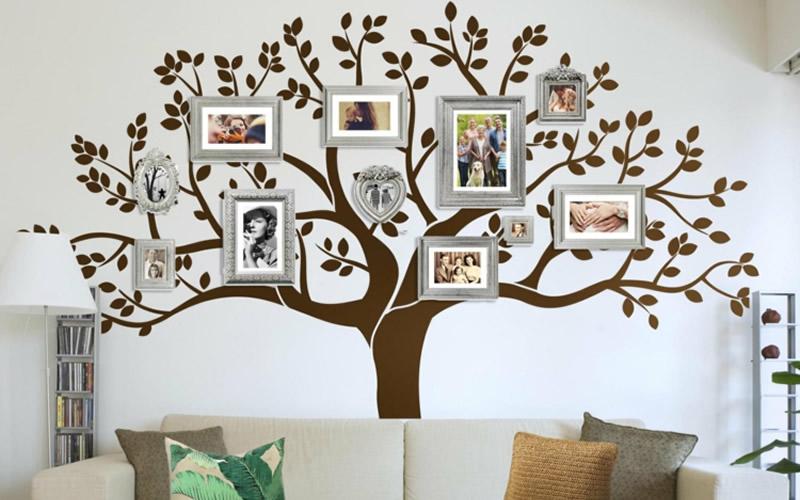 pared con cuadros y árbol