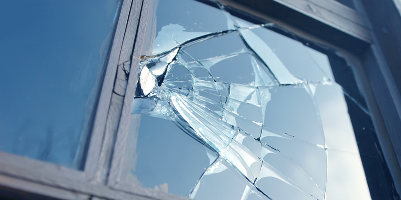 ventana rota en piso en alquiler