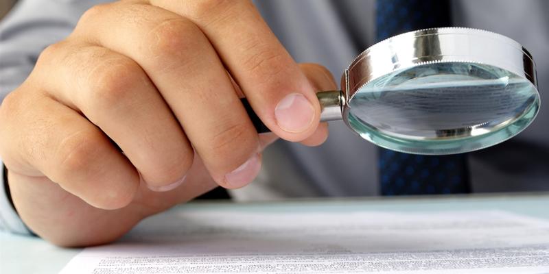 leer contrato con lupa