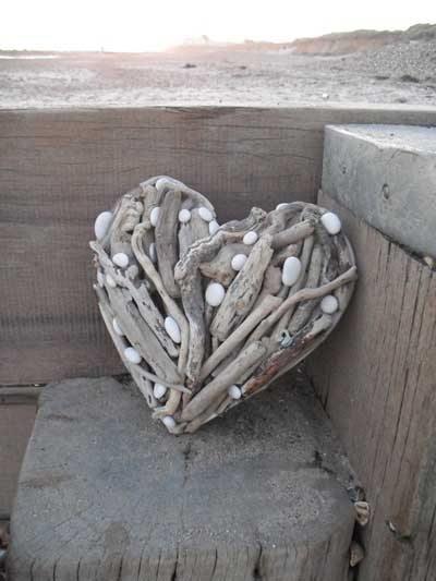 corazon con troncos y piedras