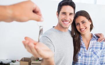 inquilinos reciben llaves piso en alquiler