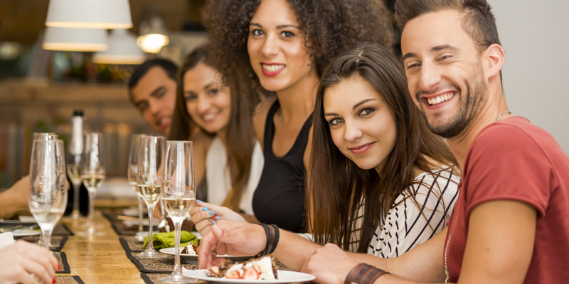 comer con amigos