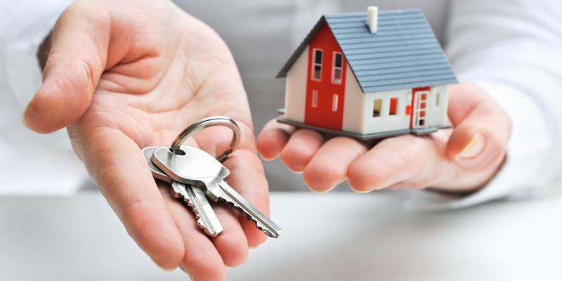 Casero entrega llaves piso en alquiler