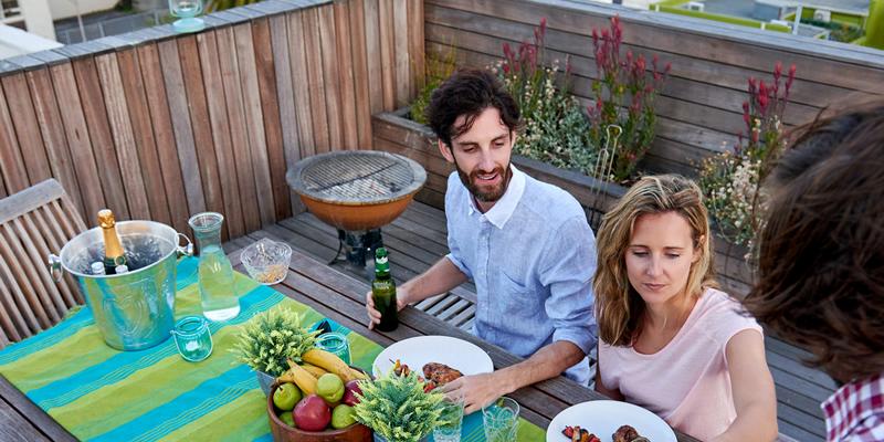 comida en la terraza del piso en alquiler