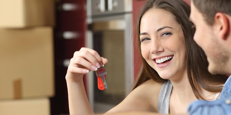 Pareja de inquilinos con las llaves del piso en alquiler