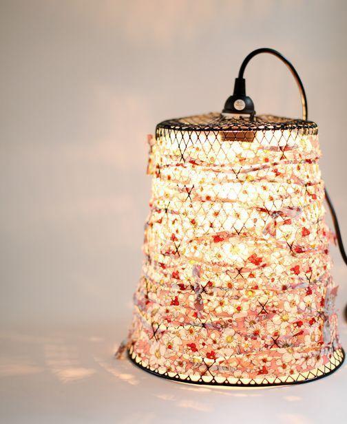 Papelera convertida en lámpara