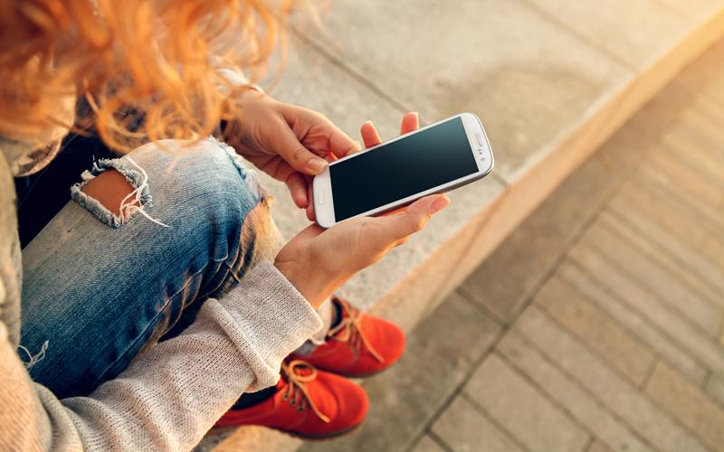 Chica mirando su smartphone