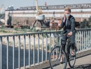 En bici por la ciudad con mascarilla