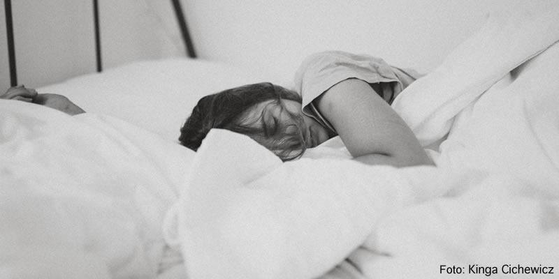 Chica durmiendo en cama
