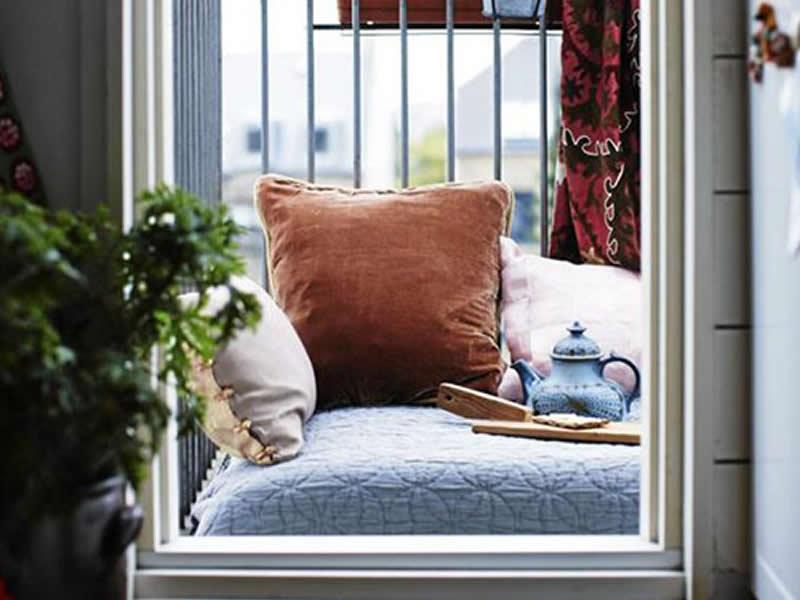 Decorar balcón pequeno con cojines