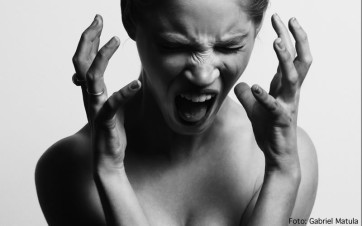 Mujer con dolor de cuello chillando